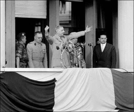 Retour à la politique en 1958, avec le début de la guerre d'Algérie. A Alger, il sort sa phrase mythique et ambigue, sur le balcon du gouvernement général. Aux colons français et aux algériens.