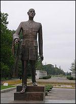 De nombreuses statues ont été érigées en son honneur. Celle-ci se trouve à Bucarest, capitale de...