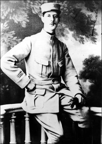 En 1914, au début de la première guerre mondiale, il est lieutenant. Dans quel régiment est-il affecté ?