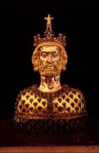 Charlemagne est le fils de Charles Martel.