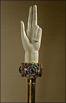 Au cours du sacre on remet au roi les 'regalia' qui sont les reliques conservées par ses ancêtres.