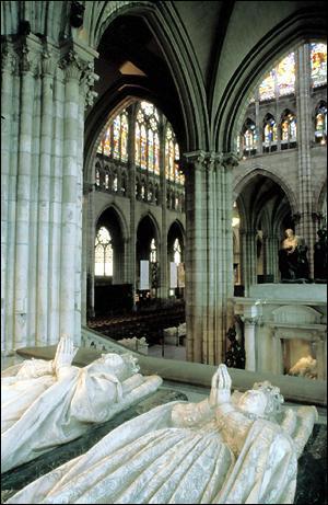 C'est sous Hugues Capet que la basilique Saint Denis devient la nécropole officielle des rois de France.