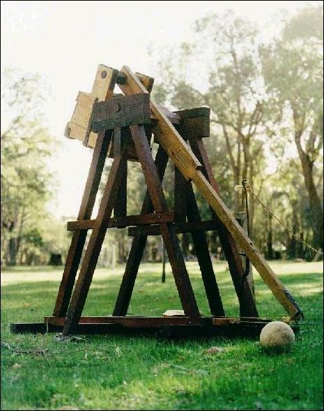 Le trébuchet est une machine de siège qui lance des projectiles par contrepoids.