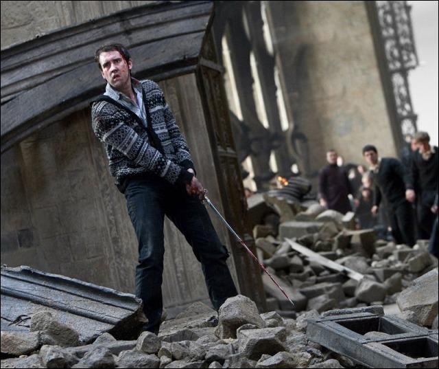 Que tient Neville dans ses mains ?
