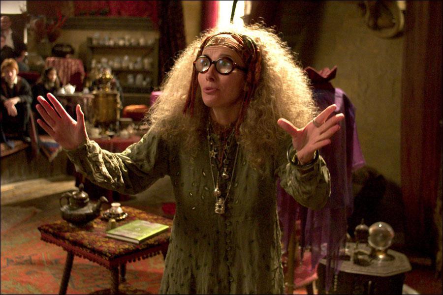 Dans quelle salle se déroule le cours de divination après que le professeur Trelawney ait été renvoyée, laissant sa place au centaure Firenze ?