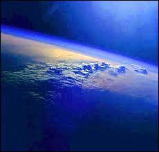 Quel élément trouve-t-on majoritairement dans l'athmosphère terrestre ?