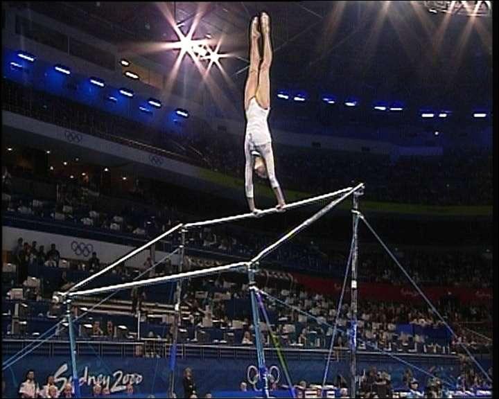 Que fait cette gymnaste ?