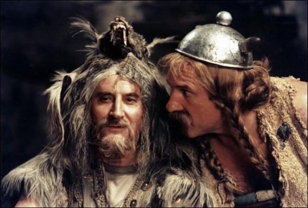 Qui joue le rôle du devin Prolix dans ' Astérix et Obélix contre César' ? ( à gauche sur la photo)