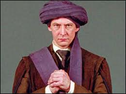 Deuxième partie (Les morts) : Dans le premier film, quel professeur prêtant son corps à Voldemort meurt à la fin ?