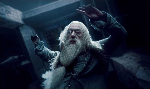 En apprenant que Rogue a tué Dumbledore, le professeur McGonagall se tamponne le coin des paupières avec son mouchoir. Comment décririez-vous ce mouchoir ?