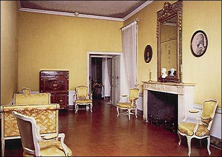 Par qui la maison Bonaparte en Corse s'est-elle fait incendier ?