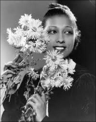 La star se lance dans la chanson qui remporte un succès inoubliable, laquelle en 1930 ?