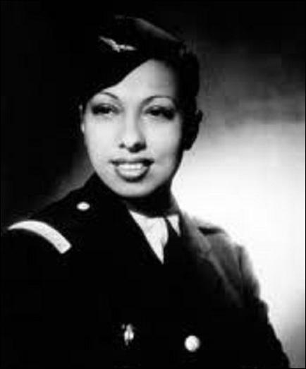 En 1940, elle s'engage dans l'armée, laquelle ?
