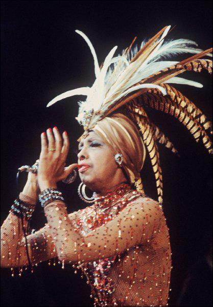 Ruinée, elle décède le lendemain de la fête de ses 50 ans de carrière en 1975, de quelle maladie ?