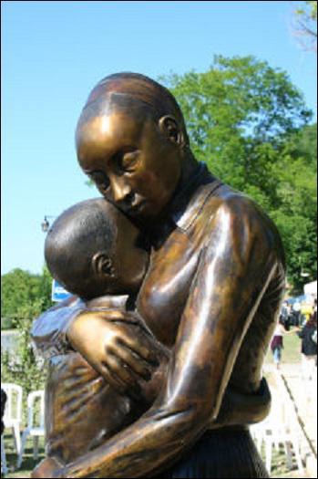 En souvenir de cette femme exceptionnelle, une statue de bronze a été faite ainsi qu'une réplique d'elle en cire, dans quel musée ?
