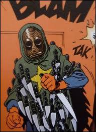 Avec quoi Dodji frappa-t-il le maître des couteaux ?