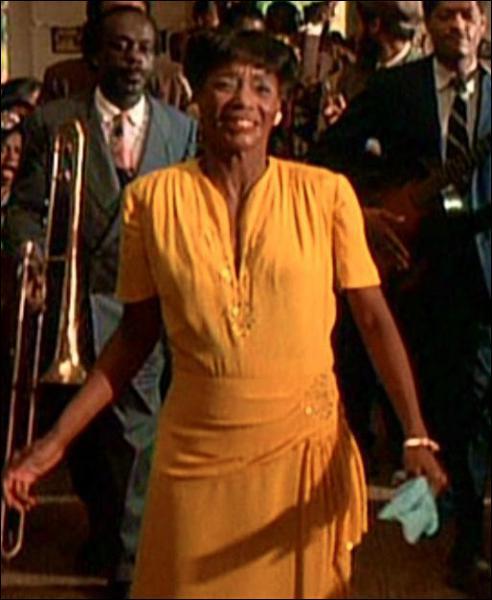 Dans quel film, racontant le destin de deux soeurs noires séparées dès l'enfance au début du XXe siècle, Margaret Avery entame-t-elle un gospel endiablé dans cette robe jaune ?