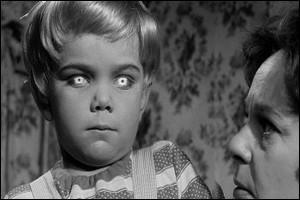 Toujours la même année, le réalisateur britannique Wolf Rilla filme une bourgade dans laquelle douze têtes blondes naissent au même instant avec des intentions particulièrement hostiles. C'est :