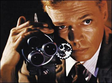 Le second réalisé par Michael Powell, met en scène un jeune opérateur qui commet des crimes à l'aide de sa caméra. Ce film s'appelle :