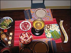 Dans quoi doivent être trempés viande, fruits de mer et légumes dans la fondue vigneronne ?