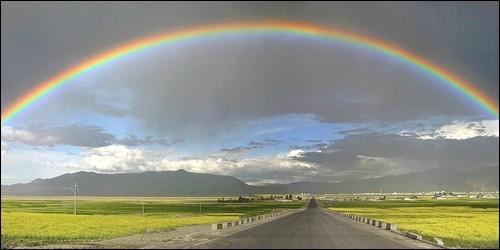 Quel est le résultat du mélange optique des sept couleurs de l'arc-en-ciel ?