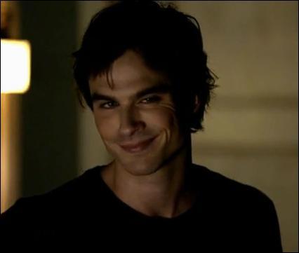 A la fin de la saison 1, qui Damon embrasse-t-il ?