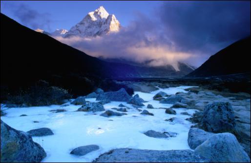 A quelle hauteur culmine la plus haute montagne du monde ?