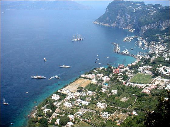 Voici la ville de Capri. Quel est le titre exact de la chanson de Gilbert Bécaud avec le mot Capri ?