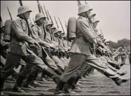 Cet État possède une armée menaçante qui bientôt, à l'instar de l'armée allemande des années 40, pourrait marcher au pas de l'oie.