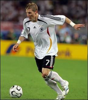 C'est un bon milieu de terrain et le joueur préféré d'Angela Merkel, il s'appelle...
