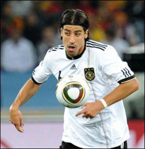 Il évolue au Real Madrid au poste de milieu défensif, c'est...