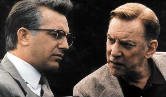 Dans quel film, Kevin Costner joue-t-il le rôle du procureur Jim Garrison qui enquête sur l'assassinat célèbre d'un président américain ?