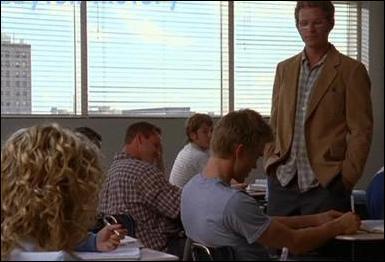 En classe, que dit Peyton de Lucas ? Qu'il est ?