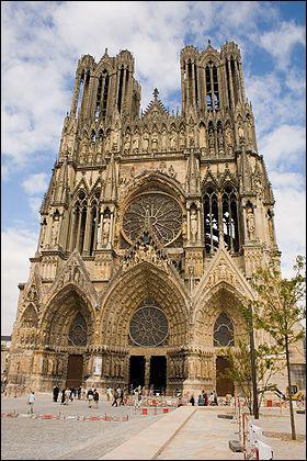 Pourquoi une cathédrale présente-t-elle différents styles architecturaux ?