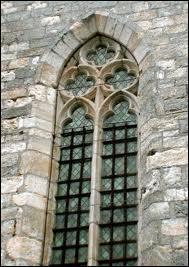 Dans une baie gothique, comme appelle-t-on l'ensemble des nervures et tracés géométriques ?
