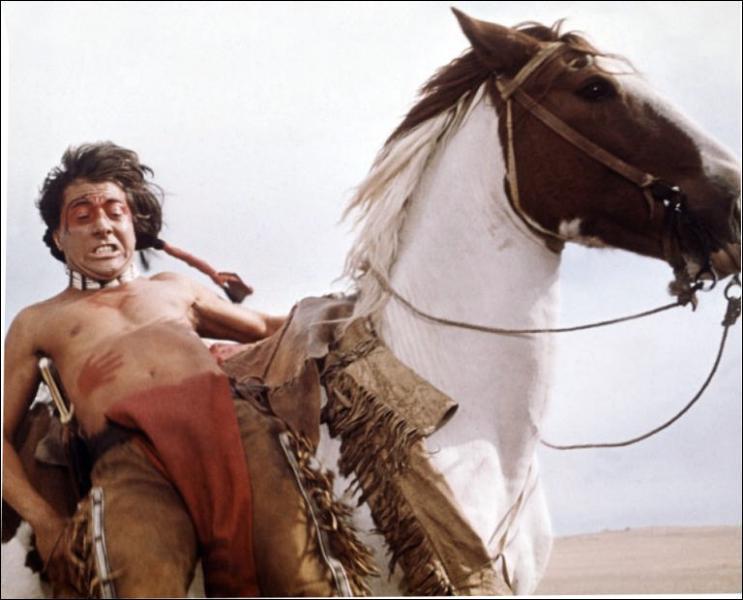 Il joue le rôle de Jack Crabb dans 'Little big man' en 1970 sous la direction de Arthur Penn.