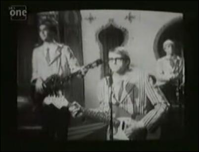 Dans quel clip peut-on voir Nirvana dans une vieille émission de télévision jouant à la manière des Beatles devant des adolescents qui n'en reviennent pas de les voir ?