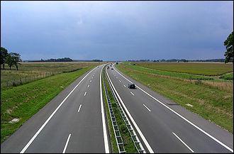 En rentrant, nous sommes passés sous une autoroute, mais où a été construite la première autoroute au monde ?