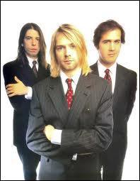 Quel groupe grunge était composé du chanteur-guitariste Kurt Cobain, du bassiste Krist Novoselic et du batteur Dave Grohl ?