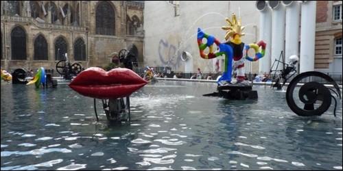 """A qui doit-on """"La Fontaine Stravinsky"""", comprenant des figures très colorées, qui se trouve à côté du Centre National d'Art et de culture Georges Pompidou à Paris ?"""