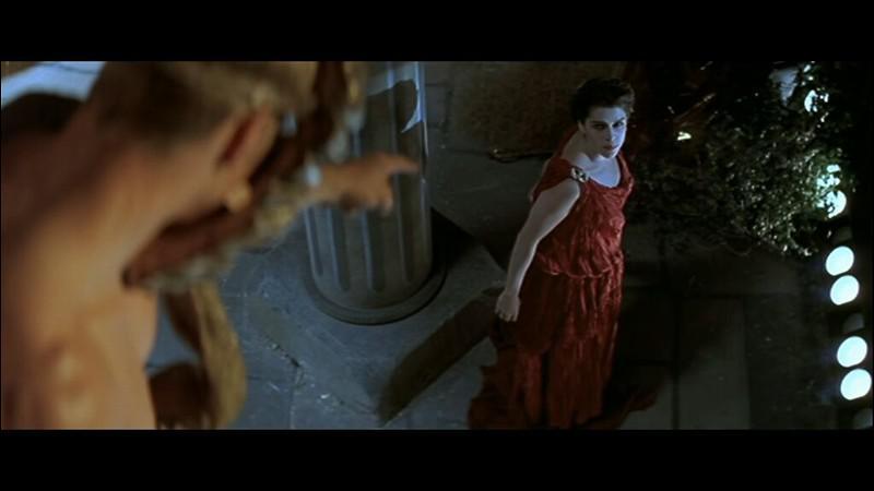 Dans Scream 2, qui est suspendu à la décoration du théâtre ?