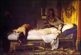 Que fait Cléopâtre lorsqu'elle comprend que tout est perdu ?