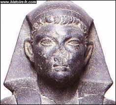 Après la mort de César, Cléopâtre rentre à Alexandrie avec leur fils. Quel nom porte-il ?