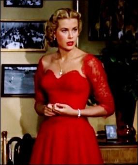 Dans quel film de Hitchcock retrouve-t-on Grace Kelly dans cette superbe robe rouge ?