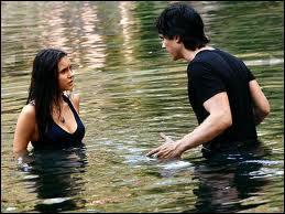 Qui jette Elena dans l'eau ?
