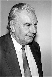 Au début de sa carrière, René Monory, président du Sénat, de 1992 à 1998 a été :