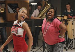 Pour qui Santana et Mercedes se déchaînent-elles sur ' The Boy Is Mine ' ?
