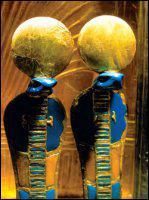 Ce petit symbole placé sur les couronnes des dieux représente leur royauté. Mais quel est son nom ?