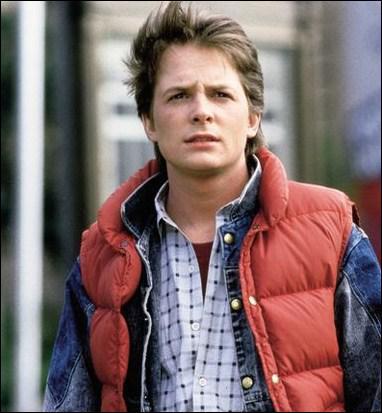 Dans ce film, le plus connu de sa filmographie, il est Marty McFly, un jeune ado dont le meilleur ami est un vieux savant fou qui a découvert comment voyager dans le temps à l'aide d'une DeLorean :