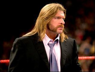 Qui prévient Triple H de l'intrusion de R-Truth et The Miz en coulisses ?
